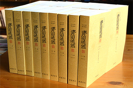 《资治通鉴-文白对照·精注精译》全20册,重达14.2公斤。《资治通鉴》是我国古代著名的编年体通史。本版足本无删减,生僻字注音,在参考了各种版本的基础上,拾遗补缺,重新标点注释,并用准确生动的白话文进行翻译,让现代人对五代及其以前历史有全面深入的了解,是文史爱好者的理想之选。