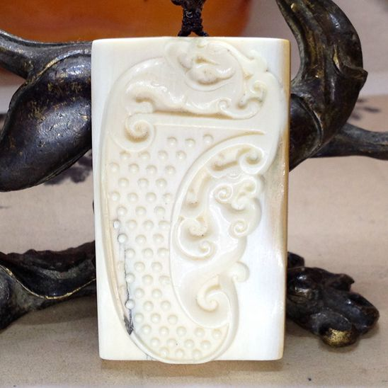 这不是普通的象牙,它来自一万年前甚至更久,在寒冷的西伯利亚冻土层中沉睡万年,如今重见天日,成为了很好的象牙替代品,用古老的遗存保护了牙雕技艺也保护了现代野生大象的生命。本品保真猛犸象牙冰冻料手工制作,有笑纹裂纯属正常,不喜欢的请不要购买。【敬告:象牙制品大多会出现裂纹业内称之为笑或笑纹这不算缺陷,当然如有货品没有笑纹你也可以在不佩戴时涂上护手霜放在密封代理保存,这样就不会出笑了。】