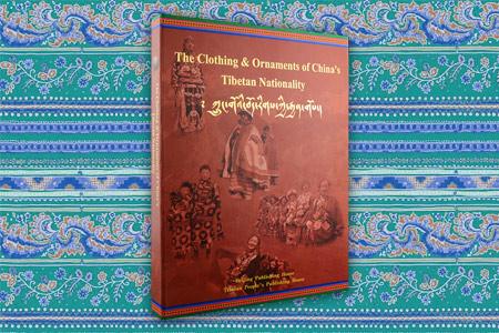 盒装《中国藏族服饰》英文版,大8开布面精装,铜版纸全彩图文,汇集西藏、青海、甘肃、四川、云南五大省区的藏族服饰,以及僧侣服饰和原西藏地方政府官员服饰,以大量的高清照片展示说明了整个藏民族古老独特、绚丽多彩的服饰文化与精神风貌,既是一部兼具民俗性与知识性的著作,也是一部内容充实、装帧精美的画册。定价480元,现团购价75元,全国包快递
