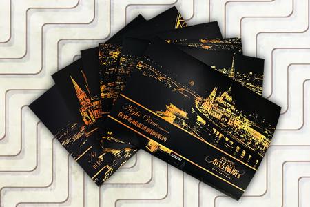 世界绝美夜景,由你一笔一笔点亮!世界名城夜景刮画·欧洲6套,伦敦、巴黎、布达佩斯、佛罗伦萨、汉堡、科隆,每一座城市配有2张图案不同的夜景刮画板和一支专用刮画笔,无需购买颜料和美术工具,不用头疼颜色的搭配,印有灰色图案的夜景刮画板里隐藏着地标性的世界名城夜景,用刮画笔沿着灰色部分刮下涂层,就能完成一幅出色的世界名城夜景图。410mm*285mm,真正大尺寸,刮绘完成之后,稍作装裱,用于家居装饰个性十