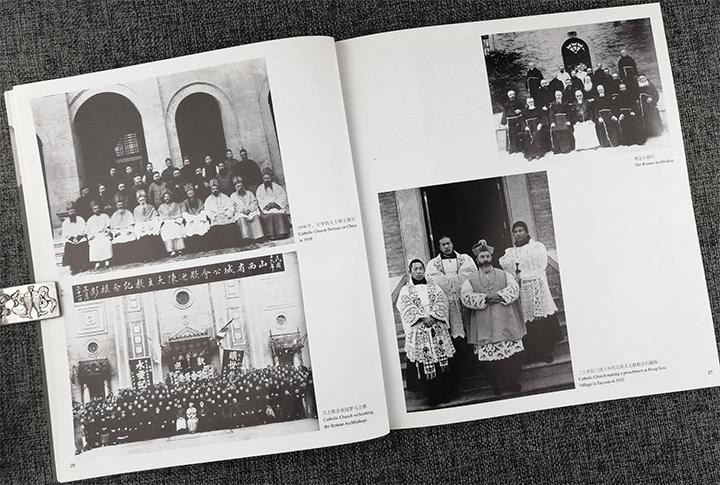 本画册由武汉市档案馆和武汉市博物馆合编,文字部分使用中,英两种文字图片