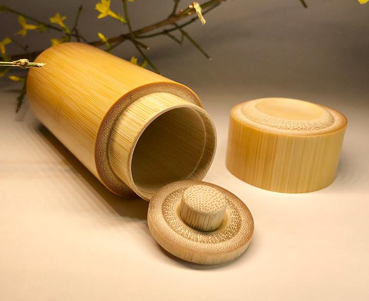 精品玉竹茶叶罐,直径4.8CM*高10.9CM,完全手工制作,竹料经过选料,蒸煮、晾晒、套料、雕刻、打磨、抛光等工序制作而成,其工艺难度精美程度都达到了相当高的审美水平。双层竹盖,封闭严密,体积小巧而精致,携带方便,单手可控,是出差旅行、办公和送人作为伴手礼的理想选择。特惠价138元包邮!