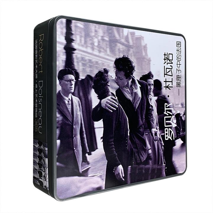 """限时1折包邮!与布列松并驾齐驱的法国摄影大师经典影集!《罗贝尔·杜瓦诺:黑匣子中的法国》,精美铁盒+线圈台历式装帧。365张经典照片,汇成一部""""时间影集""""。"""