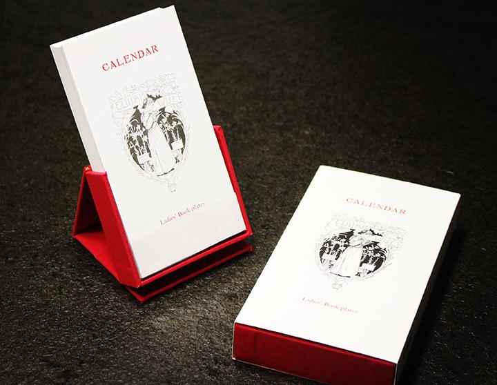"""藏书票是一种微型版画艺术,外形小巧且蕴含着深厚的艺术、美学与文化价值,被誉为""""版画珍珠""""""""纸上宝石""""""""书中蝴蝶""""。中图网文创!一件古朴雅致的案头小物,一本可随心组合的万年历!《女士藏书票周历》,54张出自版画名家之手的藏书票,搭配名家设计的字体,每一张都尽显藏书票的古典之美。精选300g高档特种纸印制,精致布面礼盒、精巧底座设计,自用、收藏与馈赠皆为佳品。团购价57元包邮!"""